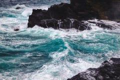 Tiempo de Stromy con las ondas grandes en la costa costa rocosa de la isla de Oahu foto de archivo