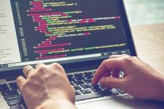 Tiempo de trabajo programado Programador Typing New Lines del código del HTML Primer del ordenador portátil y de la mano foto de archivo libre de regalías