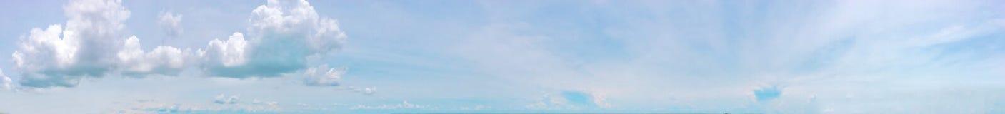 Tiempo de verano, cielo claro, cielo azul, cloudscape, cielo hermoso del verano, cielo de Tailandia Fotografía de archivo