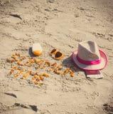 Tiempo de verano de la inscripción, accesorios para tomar el sol y pasaporte con el dólar de las monedas en la arena en la playa, Foto de archivo libre de regalías