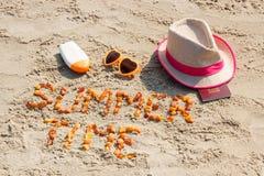 Tiempo de verano de la inscripción, accesorios para tomar el sol y pasaporte en la arena en la playa, tiempo de verano Fotos de archivo