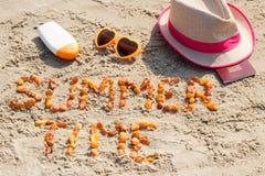 Tiempo de verano de la inscripción, accesorios para tomar el sol y pasaporte en la playa, concepto de tiempo de verano Imagen de archivo