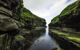 Tiempo de verano en el gjogv Faroe Island Imágenes de archivo libres de regalías