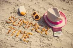 Tiempo de verano de la inscripción, accesorios para tomar el sol y pasaporte con las monedas euro en la playa, tiempo de verano Fotografía de archivo libre de regalías