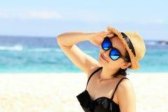 Tiempo de verano, mujer en bikinis Mujer hermosa joven en la playa Foto de archivo