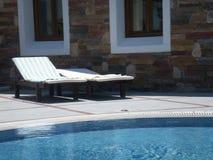 Tiempo de verano - por la piscina fotografía de archivo libre de regalías