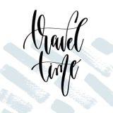 Tiempo de viaje - mano que pone letras al cartel de la tipografía sobre tiempo de verano stock de ilustración