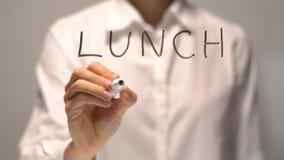 Tiempo del almuerzo de la escritura de la mujer en la pantalla transparente La empresaria escribe a bordo almacen de metraje de vídeo