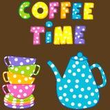 Tiempo del café con las tazas y el pote coloridos apilados del café Fotos de archivo libres de regalías