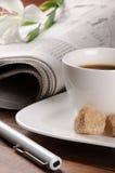 Tiempo del café de la mañana con el periódico Imagen de archivo