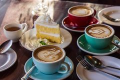 Tiempo del café en el café de madera de la tabla, el café de la bebida y la torta sabrosa Foto de archivo
