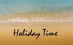 Tiempo del día de fiesta escrito en la playa tropical Fotos de archivo libres de regalías