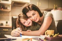 Tiempo del gasto de la madre con la hija Imagenes de archivo