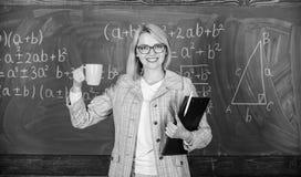 Tiempo del hallazgo para relajarse y para permanecer positivo T? de la bebida del profesor o caf? y positivo de la estancia Guard fotos de archivo