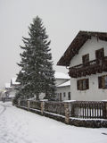 Tiempo del invierno de las nevadas en pueblo con los copos de nieve Foto de archivo