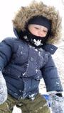 Tiempo del invierno: Niño afuera en la nieve Imagen de archivo libre de regalías