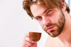 Tiempo del mejor para comer su taza de café El hombre del aspecto atractivo del individuo disfruta de cierre preparado fresco cal foto de archivo
