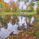 Tiempo del otoño en el parque de Peterhof Imagen de archivo libre de regalías