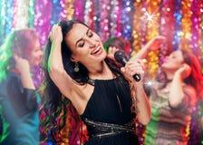 Tiempo del partido del canto en Karaoke Fotos de archivo libres de regalías