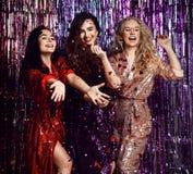 Tiempo del partido de tres mujeres elegantes hermosas en equipo elegante que celebran el A?o Nuevo, cumplea?os, divirti?ndose, ba imagenes de archivo