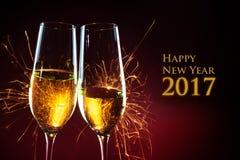 Tiempo del partido del Año Nuevo con dos vidrios del champán y aga de las bengalas Fotografía de archivo libre de regalías