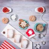 Tiempo del partido del café con las galletas Wi de la decoración del Año Nuevo y de la Navidad Foto de archivo libre de regalías