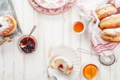 Tiempo del té con los anillos de espuma festivos del sufganiyot fotos de archivo