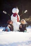 Tiempo del té con un muñeco de nieve Fotografía de archivo