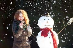 Tiempo del té con un muñeco de nieve Foto de archivo libre de regalías