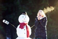 Tiempo del té con un muñeco de nieve Imágenes de archivo libres de regalías