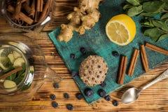 Tiempo del té de la familia, tortas, canela y jengibre, arándanos, tabla de madera foto de archivo libre de regalías