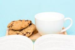 Tiempo del té de las galletas de microprocesador de chocolate Fotos de archivo libres de regalías
