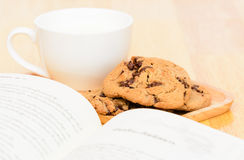 Tiempo del té de las galletas de microprocesador de chocolate Imágenes de archivo libres de regalías