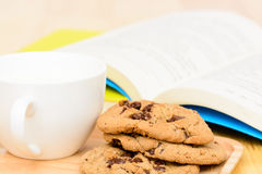 Tiempo del té de las galletas de microprocesador de chocolate Foto de archivo libre de regalías