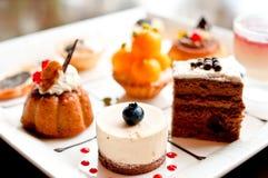 Tiempo del té de tarde con las tortas Fotos de archivo libres de regalías