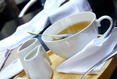 Tiempo del té - té orgánico verde, servicio de té blanco Foto de archivo libre de regalías