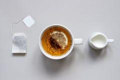 Tiempo del té Taza de té negro caliente en el fondo azul, visión superior Imagen de archivo
