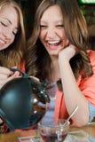 Tiempo del té y amigos de muchacha felices en un restaurante Imagen de archivo