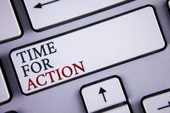 Tiempo del texto de la escritura de la palabra para la acción El concepto del negocio para no sienta iniciativa ociosa de la toma Fotos de archivo libres de regalías