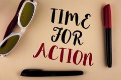 Tiempo del texto de la escritura de la palabra para la acción El concepto del negocio para no sienta iniciativa ociosa de la toma Fotos de archivo