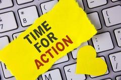 Tiempo del texto de la escritura de la palabra para la acción El concepto del negocio para no sienta iniciativa ociosa de la toma Imagen de archivo libre de regalías