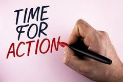 Tiempo del texto de la escritura de la palabra para la acción El concepto del negocio para no sienta iniciativa ociosa de la toma Imágenes de archivo libres de regalías