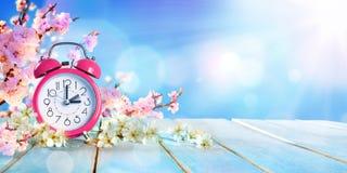 Tiempo delantero de la primavera - luz del día de los ahorros foto de archivo libre de regalías