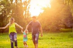 Tiempo divertido - familia con los ni?os que gozan en parque fotos de archivo