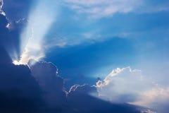Tiempo dramático de la puesta del sol de la nube con los rayos de sol fotografía de archivo