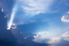 Tiempo dramático de la puesta del sol de la nube con los rayos de sol imagen de archivo libre de regalías