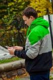 Tiempo e it& maravillosos x27 del otoño; tiempo de s para mirar las noticias de la tableta en línea foto de archivo libre de regalías