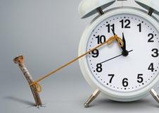 Tiempo en la parada por el clavo, concepto del despertador del retraso fotografía de archivo