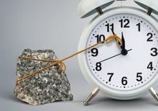 Tiempo en la parada por la piedra, concepto del despertador del retraso Fotos de archivo