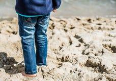 Tiempo en la playa por el mar, diversión de la familia Fotos de archivo